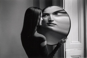 Dr. Heisenberg's Magic Mirror of Uncertainty, de Duane Michals, 1998.